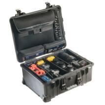 Peli 1560SC víz- és ütésálló táska átrendezhető elválasztókkal, fedélben laptop-tartóval, fek.